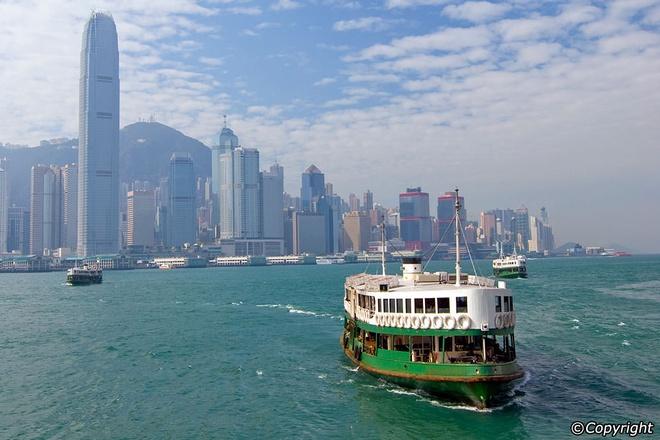 6 sai lam khien du khach khong kham pha het Hong Kong hinh anh 4 Đi phà Star vào giờ cao điểm: Đội tàu của Star Ferry đã hoạt động trên cảng Victoria từ năm 1880 và là một trong những phương tiện được du khách yêu thích nhất. Bạn nên tránh khoảng 8h-9h30 và 18h-19h nếu không muốn phải chen chúc với hàng nghìn người.