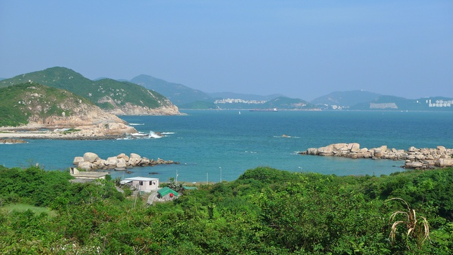 6 sai lam khien du khach khong kham pha het Hong Kong hinh anh 6 Chỉ ở đảo chính Hong Kong: Khu vực này còn có hơn 260 hòn đảo, trong đó nhiều đảo có thể tiếp cận bằng phà với chi phí không quá đắt đỏ. Mỗi đảo sẽ đem lại cho du khách một trải nghiệm khác biệt: đảo Nam Nha với các bãi biển tuyệt đẹp, bình yên; đảo Bình Châu là nơi có đồi Finger và đền Bảy Cô; đảo Trường Châu với hải sản ngon tuyệt. Ảnh: Randomwire.