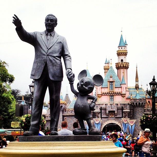 10 diem den duoc phu song day dac nhat tren Instagram hinh anh 1 1. Disneyland (Anaheim, California, Mỹ): Không có gì khó hiểu khi công viên giải trí nổi tiếng này xuất hiện dày đặc trên Instagram. Mỗi năm, Disneyland ở California đón tới hàng triệu lượt khách tham quan.