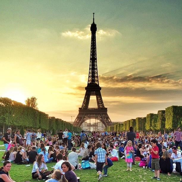 """10 diem den duoc phu song day dac nhat tren Instagram hinh anh 4 4. Tháp Eiffel (Paris, Pháp): Biểu tượng của nước Pháp này có thể được nhìn thấy từ nhiều khu vực tại thủ đô Paris, do đó tòa tháp """"lộ diện"""" trong ảnh của nhiều người tới đây."""