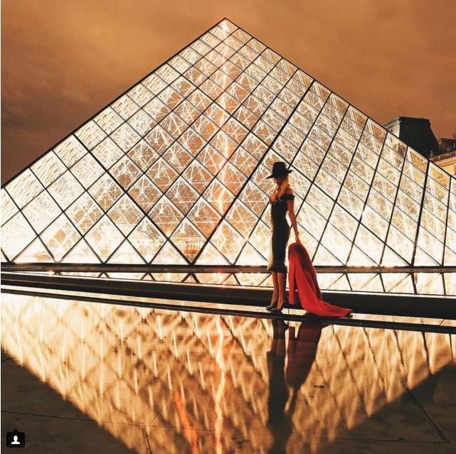 10 diem den duoc phu song day dac nhat tren Instagram hinh anh 6 6. Bảo tàng Louvre (Paris, Pháp): Thiết kế ấn tượng và lãng mạn khiến nơi này được chọn làm phông nền cho nhiều bức ảnh tuyệt đẹp.