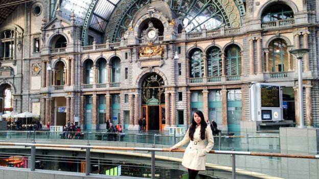 Co gai Phillipines bo viec ngan hang di du lich bui hinh anh 2 Aileen đứng trước ga tàu trung tâm của Antwerp, Bỉ.