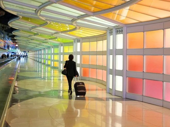 Để giày ở đáy vali: Cách này sẽ giúp dồn trọng lượng xuống bánh xe của vali, khiến bạn dễ dàng di chuyển hơn, đặc biệt là nếu cần chạy vội tới cổng lên máy bay.