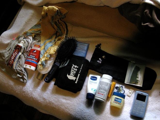 Chuẩn bị túi đồ cần thiết: Để không mất thời gian chia dầu gội, sữa tắm vào các lọ nhỏ trước khi lên đường, bạn nên để sẵn một túi đồ chuyên dành cho khi đi du lịch. Bạn có thể mua dạng mẫu thử hoặc cỡ nhỏ những loại hay dùng, cho tất cả vào một túi riêng.