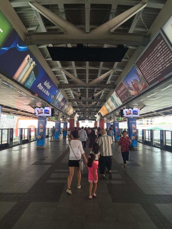 Duong sat tren cao o Bangkok duoc long du khach quoc te hinh anh 15