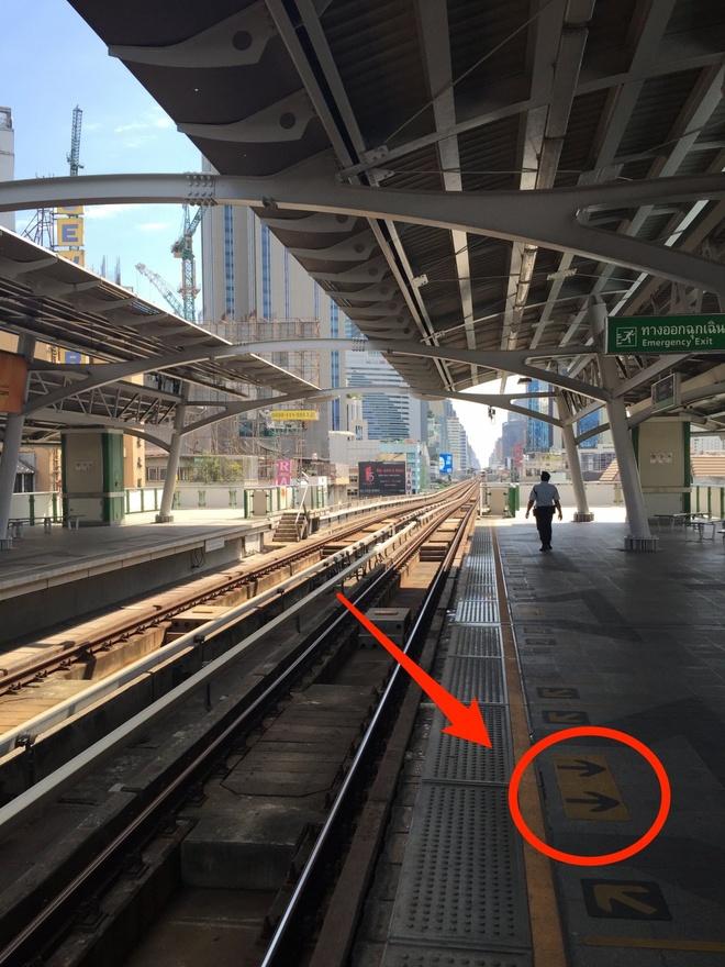 Duong sat tren cao o Bangkok duoc long du khach quoc te hinh anh 9