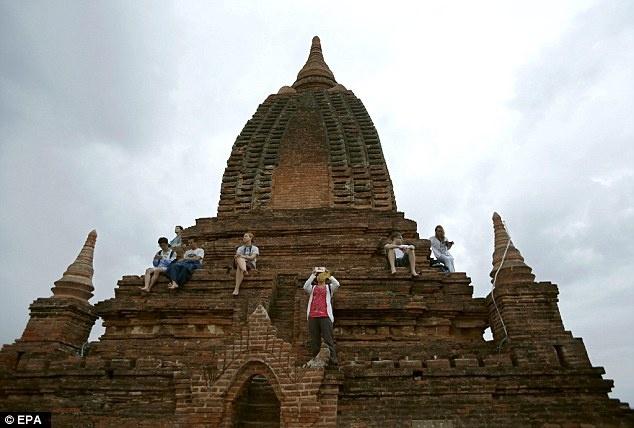Myanmar cam du khach treo len den o Bagan ngam mat troi hinh anh 1