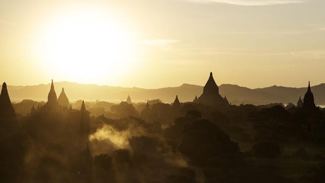 Myanmar cam du khach treo len den o Bagan ngam mat troi hinh anh
