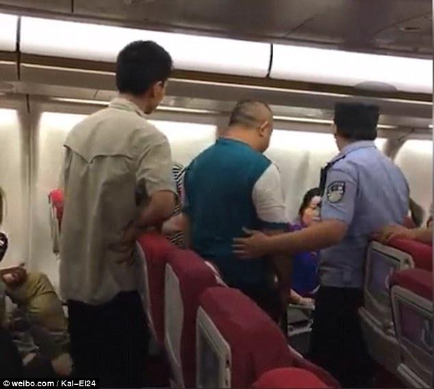 Du khach Trung Quoc danh nhau tren may bay hinh anh 2