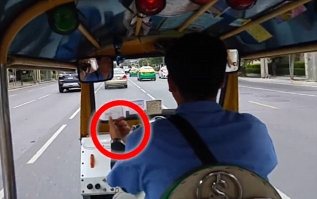 Tai xe tuk tuk o Bangkok bi to thong dong voi cuop giat hinh anh