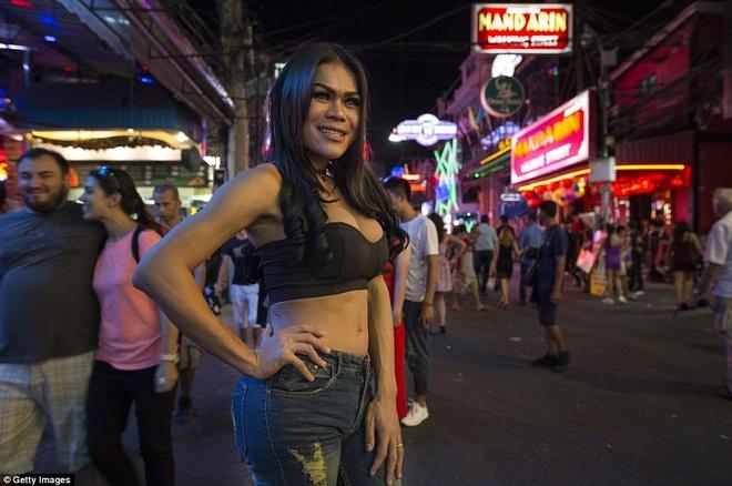 Cuoc song ve dem o pho den do cua Thai Lan hinh anh 2
