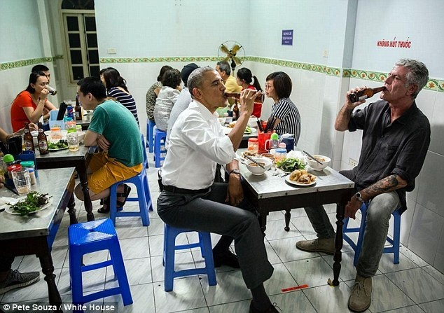 Dau bep My he lo ly do dua ong Obama di an bun cha hinh anh 1