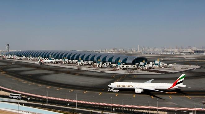 San bay Dubai hoan bay 30 phut vi flycam hinh anh 1