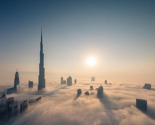 Thai tu Dubai chia se canh bien may bao phu Burj Khalifa hinh anh