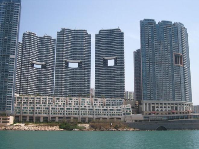 Vi sao cac toa nha Hong Kong co lo hong lon o giua? hinh anh