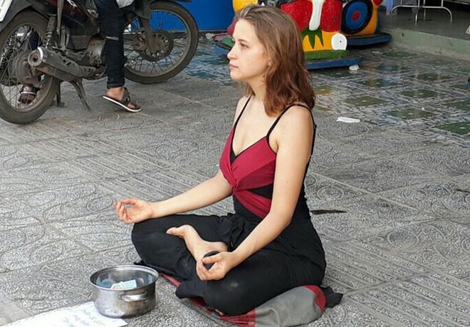 Khach Tay xin tien: Dang cho hay dang xau ho? hinh anh