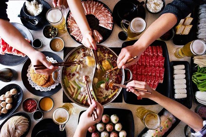 Thực phẩm có tính dương thường ngọt, cay và dậy mùi, với màu sắc ấm như đỏ  hoặc cam. Chúng thường khô và có nguồn gốc từ đất, như khoai tây, ...