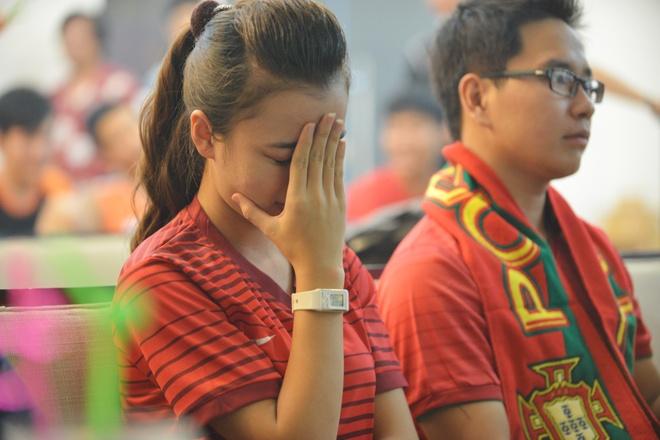 Fan Bo Dao Nha tai Ha Noi chet lang trong tran thua tan nat hinh anh