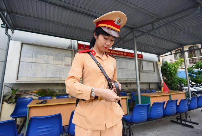 Nu CSGT xinh dep dung chot dip thi dai hoc hinh anh 1 Nguyễn Phương Dung sinh năm 1994, hiện đang là chiến sĩ thực tập tại đội 3, Phòng CSGT CA Hà Nội. Hàng ngày cô có mặt tại đội từ 5h sáng để nhận nhiệm vụ