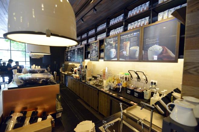 Ben trong cua hang Starbucks dau tien tai Ha Noi hinh anh 4