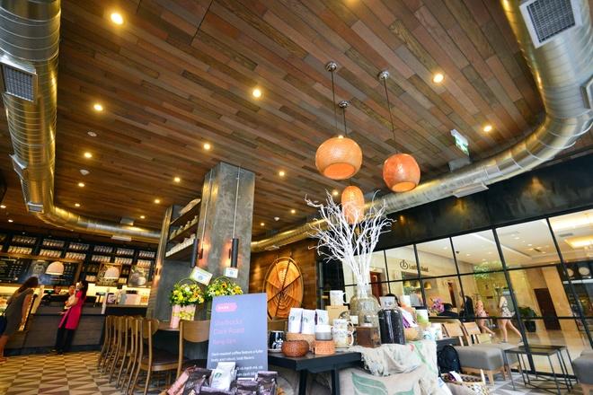 Ben trong cua hang Starbucks dau tien tai Ha Noi hinh anh 6