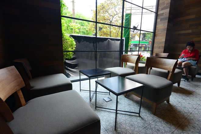 Ben trong cua hang Starbucks dau tien tai Ha Noi hinh anh 7