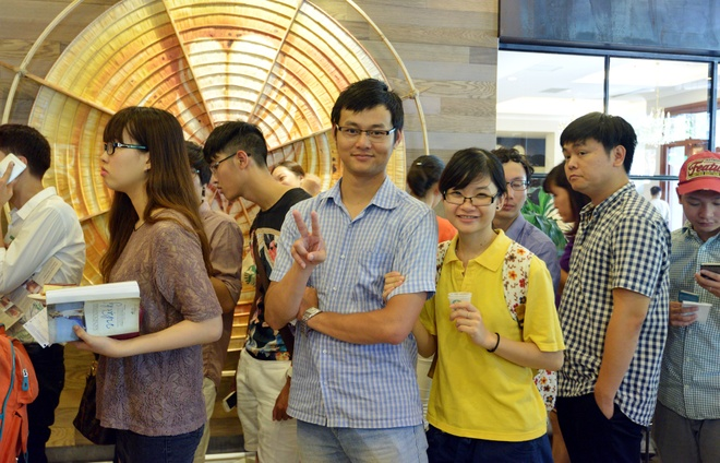 Xep hang uong ca phe Starbucks o Ha Noi hinh anh 3
