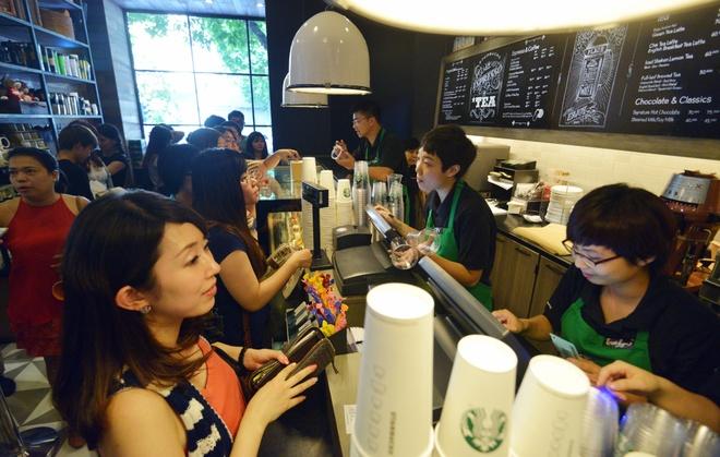 Xep hang uong ca phe Starbucks o Ha Noi hinh anh 6