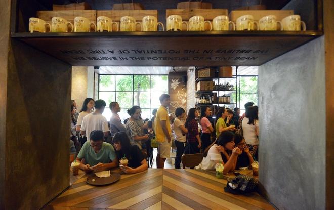 Xep hang uong ca phe Starbucks o Ha Noi hinh anh 5