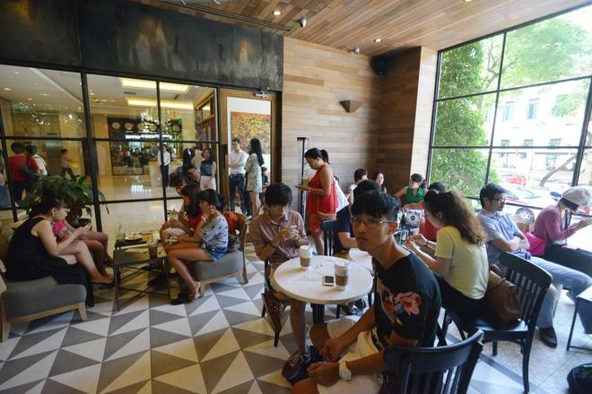 Xep hang uong ca phe Starbucks o Ha Noi hinh anh 8