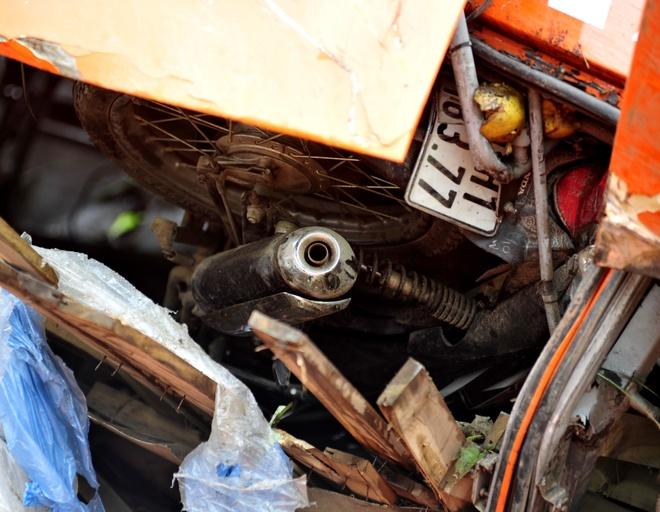 Một chiếc xe máy Honda vẫn nằm lọt trong gầm để hàng của chiếc xe