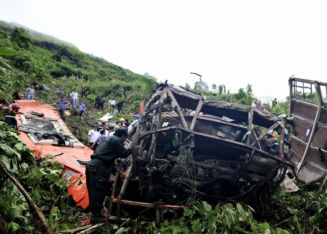 Các chiến sĩ CSCĐ vẫn đang tím kiếm lại trong xe và các bụi cây quanh khu vực xe rơi xuống vực xem còn sót người hay tài sản của các nạn nhân