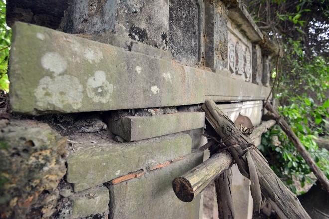 Cổng chính lối vào được giằng bởi những chiếc cột gỗ mục nát. Theo ông Hựu, từ năm 2009 hiện tượng xuống cấp ngày càng nghiêm trọng. Các cơ quan chức năng xuống khảo sát nhưng không tu sửa.