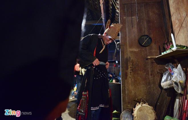 Le cap sac dai 4 ngay dem cua mot gia dinh 'co dieu kien' hinh anh 7 Các thầy mo chỉnh lại trang phục để làm lễ. Thầy mo làm lễ là những người đã được cấp sắc, cao tay và có uy tín trong làng.