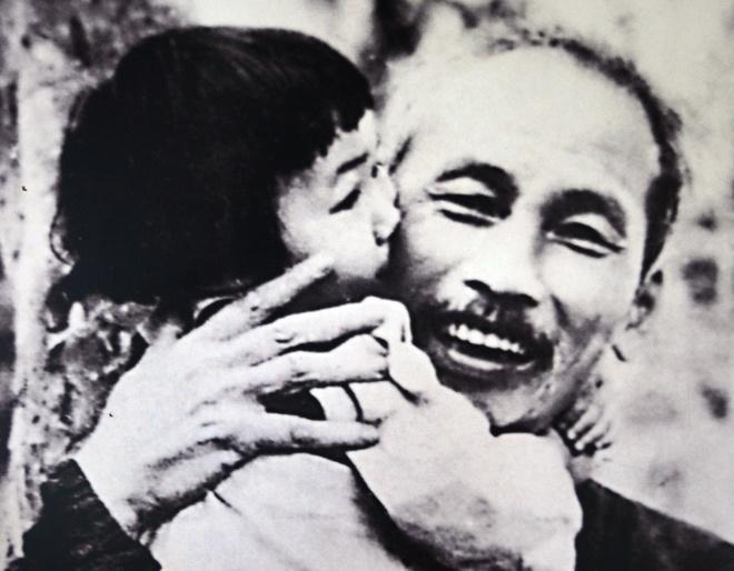 Hinh anh Chu tich Ho Chi Minh voi thieu nhi Viet Nam hinh anh