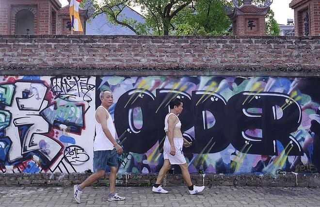 Chua 1.000 nam tuoi bi ve graffiti nhu quan bar hinh anh