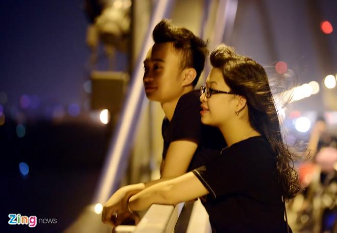 Thảo, sinh viên năm thứ 2 ĐH Tài Chính cùng nhóm bạn lên cầu hóng mát.