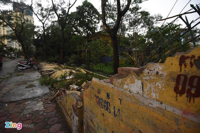 Ha Noi ngon ngang sau con dong manh bat ngo hinh anh 17 50m tường trường THPT Nhân Chính, Thanh Xuân bị đổ sập