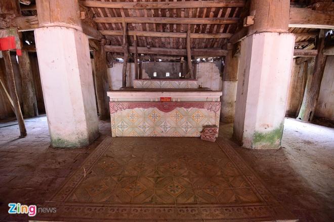Ban thờ các tượng đã được di chuyển đi nơi khác hết vì chùa có thể đổ sập bất kì lúc nào