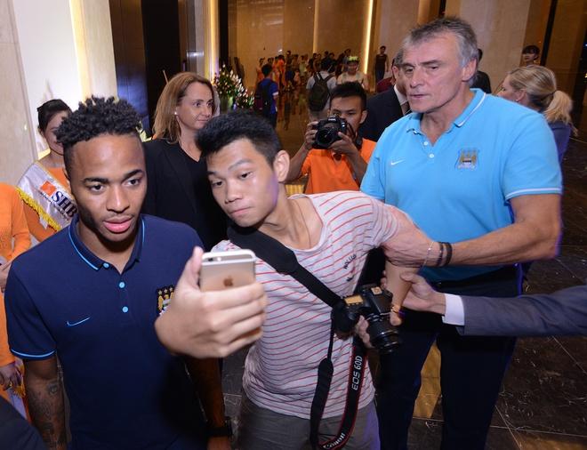 Fan VN bi an ninh Man City nhac khi chup anh voi Sterling hinh anh