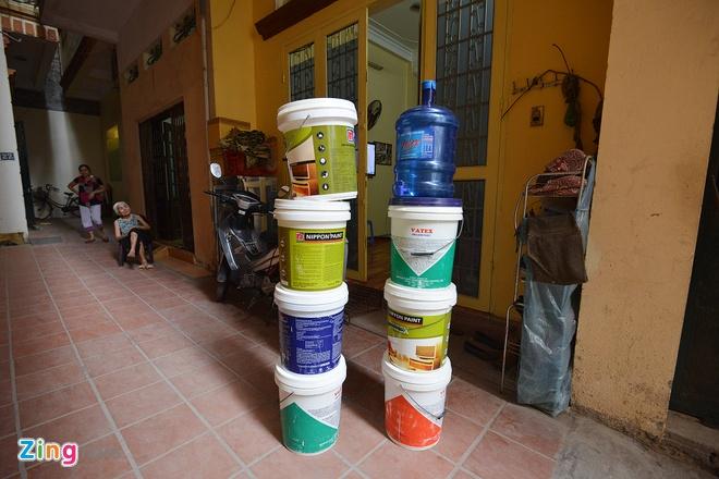 Nguoi Ha Noi chau chuc hung tung xo nuoc hinh anh 1 Mấy ngày nay, người dân tổ 4 (phường Láng Hạ, Đống Đa, Hà Nội) liên tục mất nước, nhiều gia đình phải xếp cả xô chậu để chờ xe nước đến để lấy.