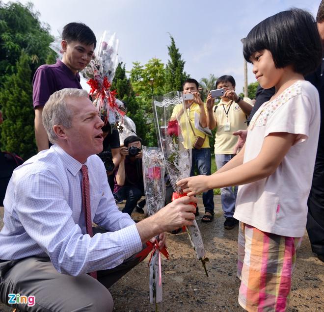 Dai su My than mat cung tre em thieu may man hinh anh 2 Đại sứ sống nhiều năm ở Việt Nam. Ông rất ngạc nhiên khi nhận được sự chào đón nhiệt tình từ các em nhỏ.
