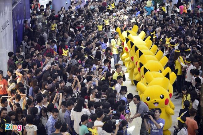 Nghin nguoi chen chan xem Pikachu khong lo o Ha Noi hinh anh 1
