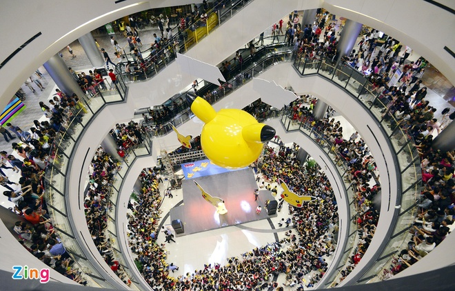 Nghin nguoi chen chan xem Pikachu khong lo o Ha Noi hinh anh 2