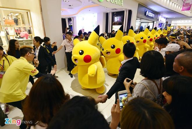 Nghin nguoi chen chan xem Pikachu khong lo o Ha Noi hinh anh 7