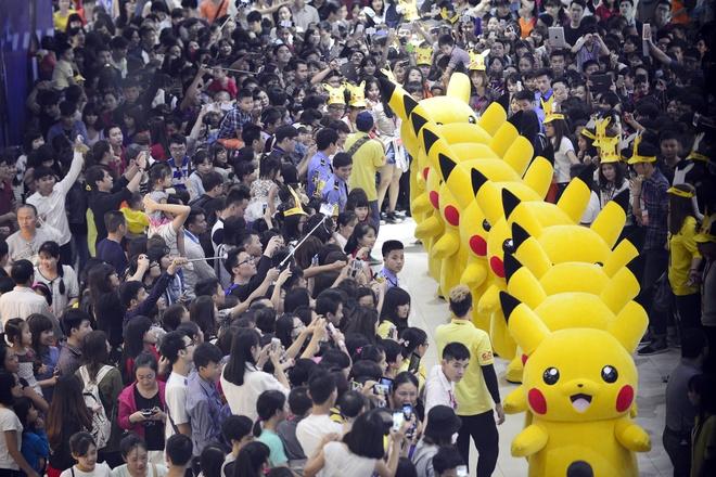 Nghin nguoi chen chan xem Pikachu khong lo o Ha Noi hinh anh