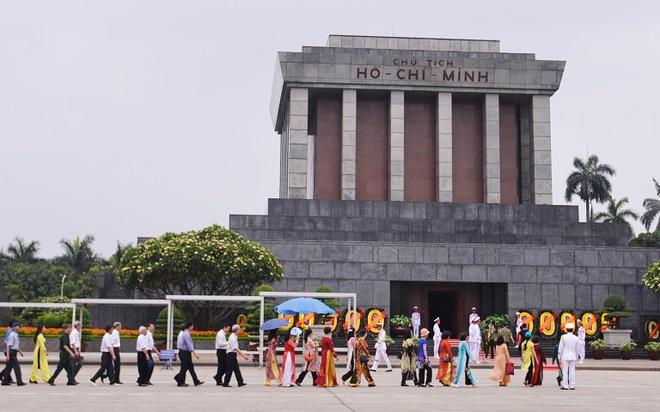 Nguoi dan xep hang vao lang vieng Chu tich Ho Chi Minh hinh anh