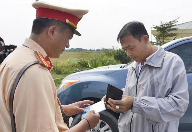 CSGT xu ly vi pham qua camera o cao toc Noi Bai - Lao Cai hinh anh