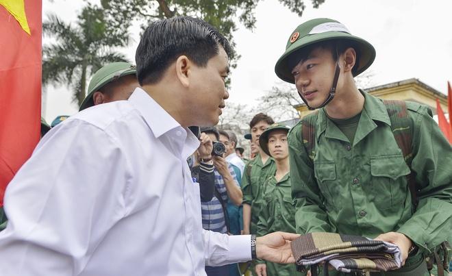Chu tich Ha Noi tang khan cho tan binh thu do ngay nhap ngu hinh anh