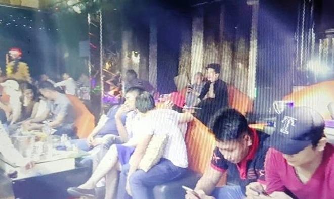Canh sat ap vao quan bar o Sai Gon, hang tram nguoi bo chay hinh anh 1